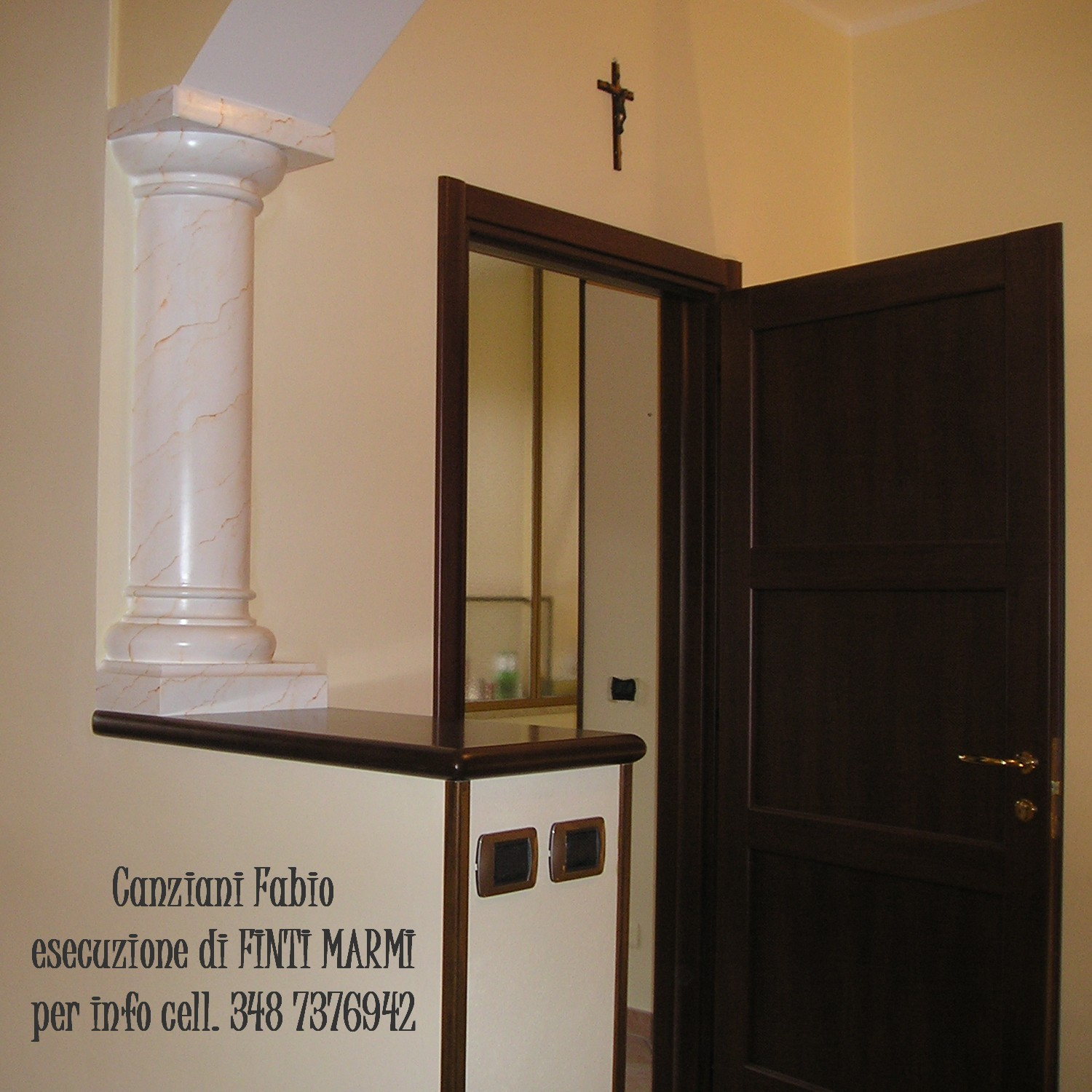 Colonne in gesso decorate con effetto finto marmo di for Placche decorative per interni